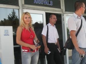 Журналистка в яркочервено бе една от причините футболистите на БАТЕ да наблюдават с особен интерес случващото се около автобуса им