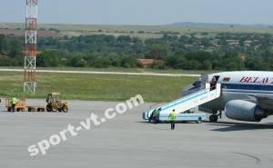 """Тракторче за багаж се насочва към самолета на """"трактористите"""""""
