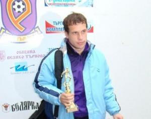 """Марин Стефанов, който бе избран от фенклуба за най-добър играч на """"Етър"""" за изминалия сезон, осигури оставането си в клуба"""